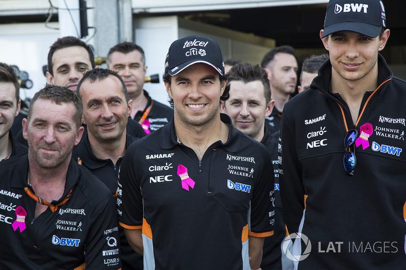 Sergio Pérez, Force India, Esteban Ocon, Force India F1 y los mecánicos del equipo en la revelación de la la Asociación de atención de cáncer de mama con Force India F1