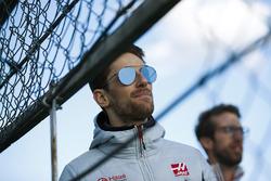 Romain Grosjean, Haas F1 Team, guarda l'azione da bordo pista