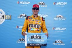 Ganador de la pole Kyle Busch, Joe Gibbs Racing, Toyota Camry M&M's Red White & Blue