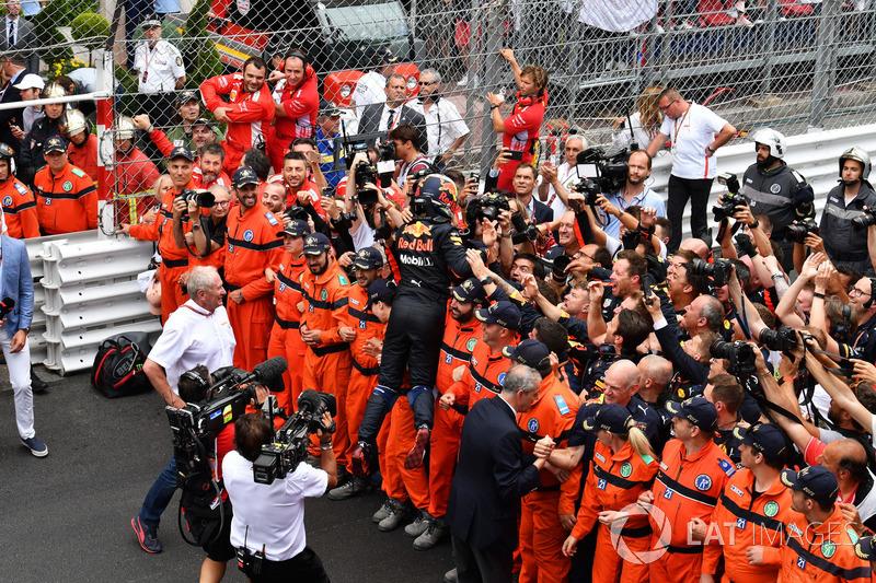 Il vincitore della gara Daniel Ricciardo, Red Bull Racing festeggia con il team nel parco chiuso