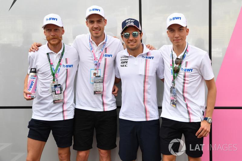 Sergio Pérez, Force India con los campeones olímpicos de salto de esquí de Noruega Andreas Stjernen, Robert Johansson y Johann Andre Forfang