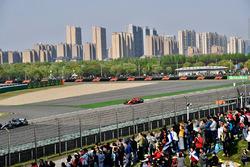 Lewis Hamilton, Mercedes-AMG F1 W09 EQ Power+ en Kimi Raikkonen, Ferrari SF71H