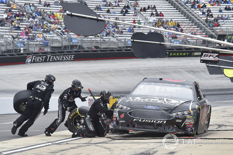 Trevor Bayne, Roush Fenway Racing, Ford Fusion AdvoCare, makes a pit stop