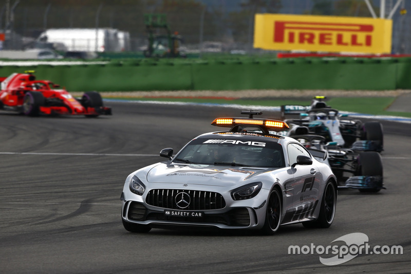 La safety car precede Lewis Hamilton, Mercedes AMG F1 W09, Valtteri Bottas, Mercedes AMG F1 W09 e Kimi Raikkonen, Ferrari SF71H