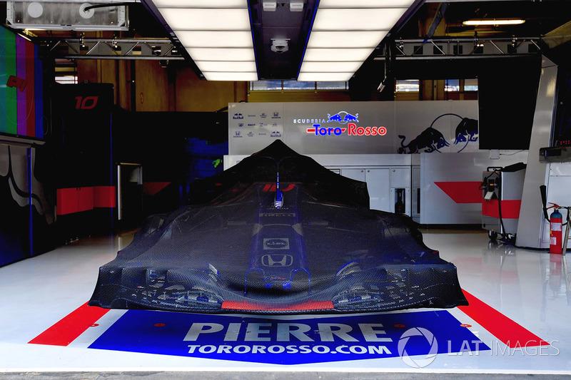 La Scuderia Toro Rosso STR13 couverte dans le garage
