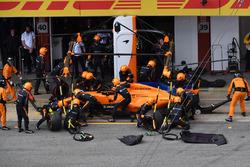 Fernando Alonso, McLaren MCL33 aux stands