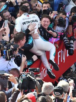 Le vainqueur Lewis Hamilton, Mercedes-AMG F1 fête sa victoire dans le parc fermé