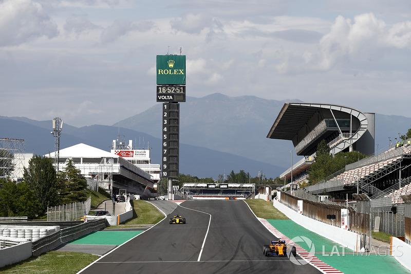 Стоффель Вандорн, McLaren MCL33, и Карлос Сайнс, Renault Sport F1 Team RS18