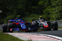 Pierre Gasly, Scuderia Toro Rosso STR13 and Kevin Magnussen, Haas F1 Team VF-18