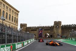 Stoffel Vandoorne, McLaren MCL33 Renault, Kimi Raikkonen, Ferrari SF71H