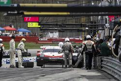 #911 Porsche Team North America Porsche 911 RSR, GTLM: Patrick Pilet, Nick Tandy, pit stop