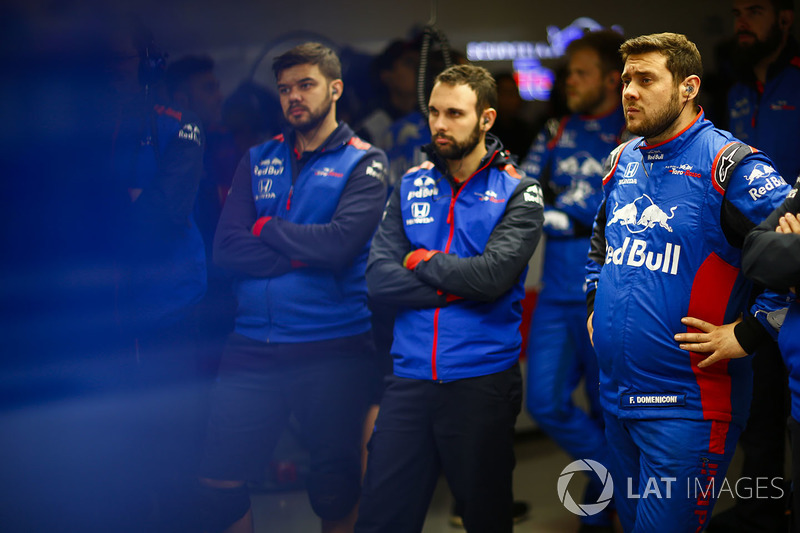 Toro Rosso engineers in the garage
