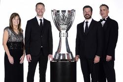 2017 şampiyonu Martin Truex Jr., Furniture Row Racing Toyota, ekip şefi Cole Pearn, Carolyn Visser, Furniture Row Racing takım başkanı Joe Garone