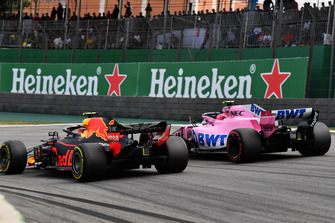 Esteban Ocon, Racing Point Force India VJM11 ve Max Verstappen, Red Bull Racing RB14 yarış mücadelesi