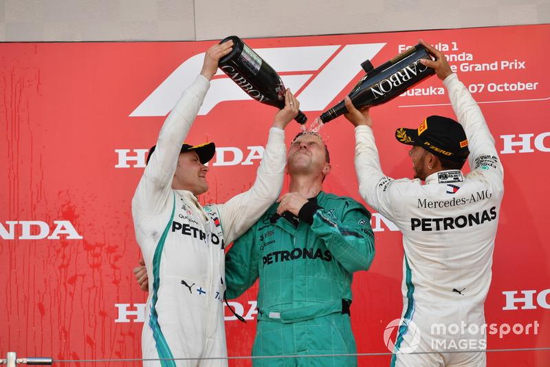 Valtteri Bottas, Mercedes AMG F1, Matt Deane, Chief Mechanic Mercedes AMG F1, e Lewis Hamilton, Mercedes AMG F1, festeggiano sul podio, con lo champagne