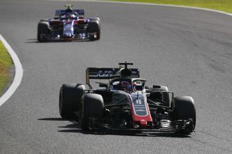 Romain Grosjean, Haas F1 Team VF-18 precede Pierre Gasly, Scuderia Toro Rosso STR13