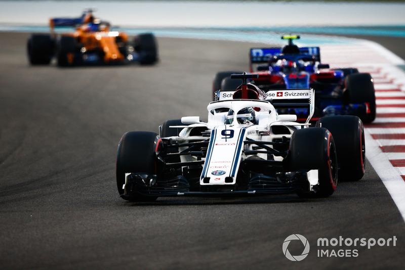 Marcus Ericsson, Sauber C37 leads Pierre Gasly, Scuderia Toro Rosso STR13 and Fernando Alonso, McLaren MCL33