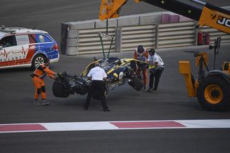 La monoposto incidentata di Nico Hulkenberg, Renault Sport F1 Team R.S. 18, viene recuperata
