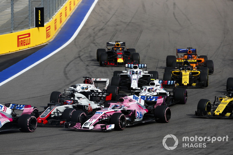 Romain Grosjean, Haas F1 Team VF-18, Sergio Pérez, Racing Point Force India VJM11, Marcus Ericsson, Sauber C37, Sergey Sirotkin, Williams FW41, Lance Stroll, Williams FW41, Carlos Sainz Jr., Renault Sport F1 Team R.S. 18, Nico Hulkenberg, Renault Sport F1 Team R.S. 18, Fernando Alonso, McLaren MCL33, y Max Verstappen, Red Bull Racing RB14, en la arrancada