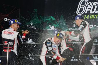 Podio LMP1: vincitori Mike Conway, Kamui Kobayashi, Jose Maria Lopez, Toyota Gazoo Racing