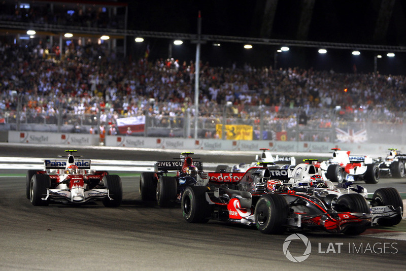 Heikki Kovalainen, McLaren MP4-23, leads Robert Kubica, Sauber F1.08, Sebastian Vettel, Toro Rosso STR03, Timo Glock, Toyota TF108, and the rest of the field at the start