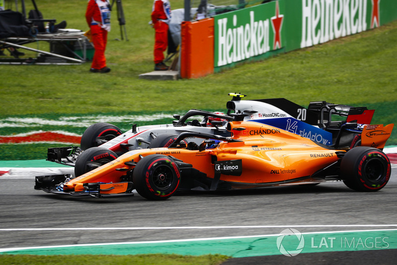 Kevin Magnussen, Haas F1 Team VF-18, y Fernando Alonso, McLaren MCL33, rueda a rueda