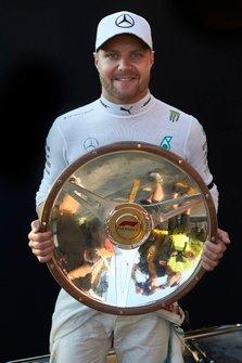 Valtteri Bottas, Mercedes AMG F1, 1ª posición, con su trofeo.