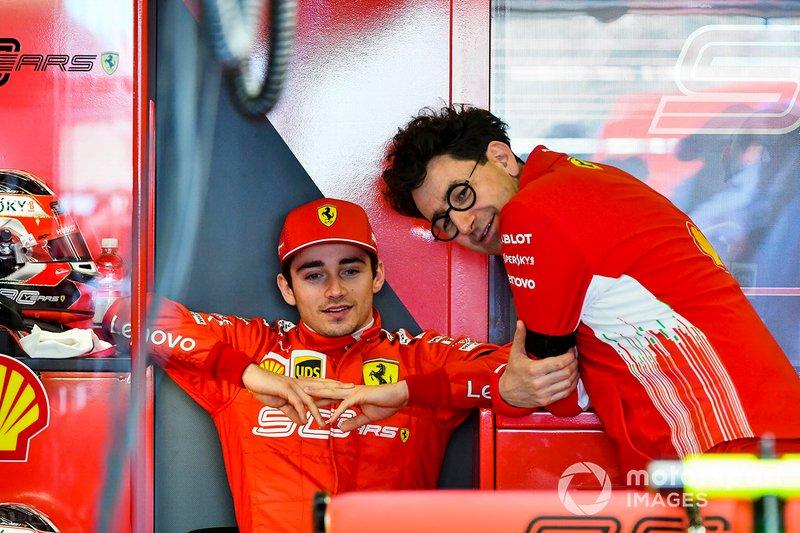 Charles Leclerc, Ferrari, e Mattia Binotto, Team Principal Ferrari, nel garage