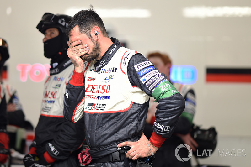 Los miembros del equipo Toyota Gazoo Racing reaccionan al retiro del coche #7