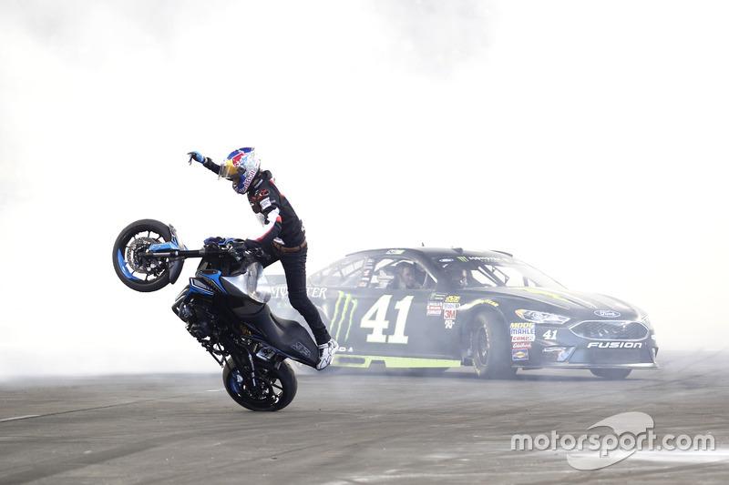 Kurt Busch, Stewart-Haas Ford con la moto stunt rider