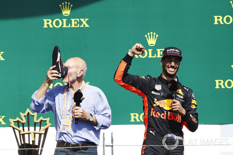 Сэр Патрик Стюарт пьет шампанское из ботинка гонщика Red Bull Racing Даниэля Риккардо