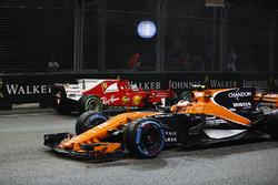 Stoffel Vandoorne, McLaren MCL32supera la monoposto incidentata di Sebastian Vettel, Ferrari SF70H