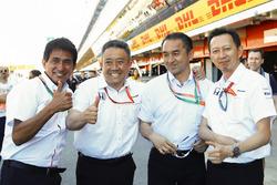 Руководитель программы Honda F1 Юсуке Хасегава с коллегами
