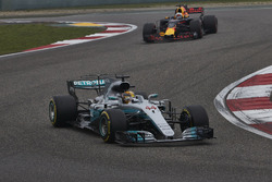 Lewis Hamilton, Mercedes AMG F1 W08, voor Daniel Ricciardo, Red Bull Racing RB13