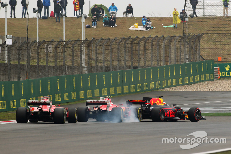Daniel Ricciardo, Red Bull Racing RB13, leads a locked-up Kimi Raikkonen, Ferrari SF70H and Sebastian Vettel, Ferrari SF70H
