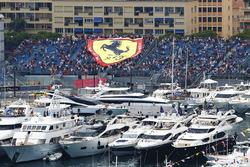 Гигантский флаг Ferrari над гаванью
