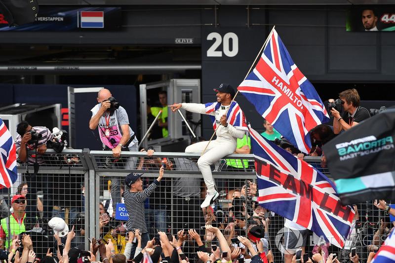 Lewis Hamilton, Mercedes AMG F1, ganador de la carrera, celebra con sus fans.