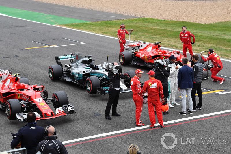 Sebastian Vettel, Ferrari y Kimi Raikkonen, Ferrari mira al ganador de la pole Lewis Hamilton, Mercedes AMG F1 hablando con Jenson Button, McLaren en parc ferme