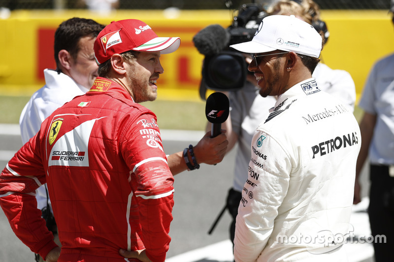 Le poleman Lewis Hamilton, Mercedes AMG F1, et Sebastian Vettel, Ferrari, sont interviewés