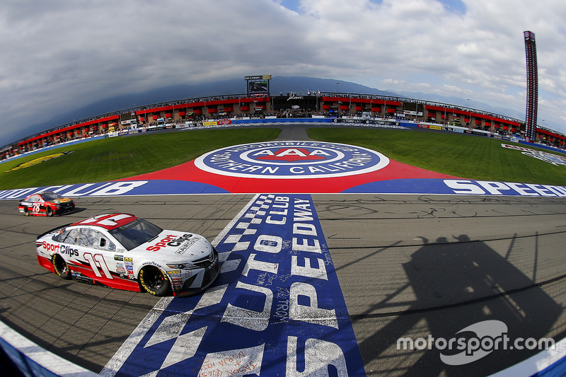 Denny Hamlin, Joe Gibb,s Racing Toyota; Martin Truex Jr., Furniture Row Racing, Toyota