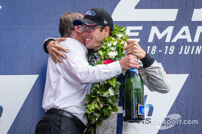 LMGT Pro Podio: ganadores de clase #68 Ford Chip Ganassi Racing Ford GT: Sébastien Bourdais with Ford Motor Company director ejecutivo Bill Ford Jr.