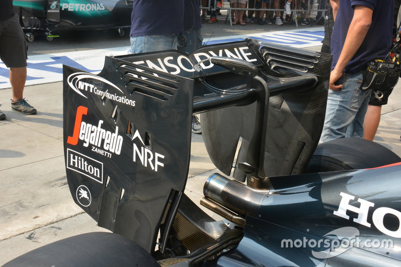 McLaren MP4-31, ala posteriore