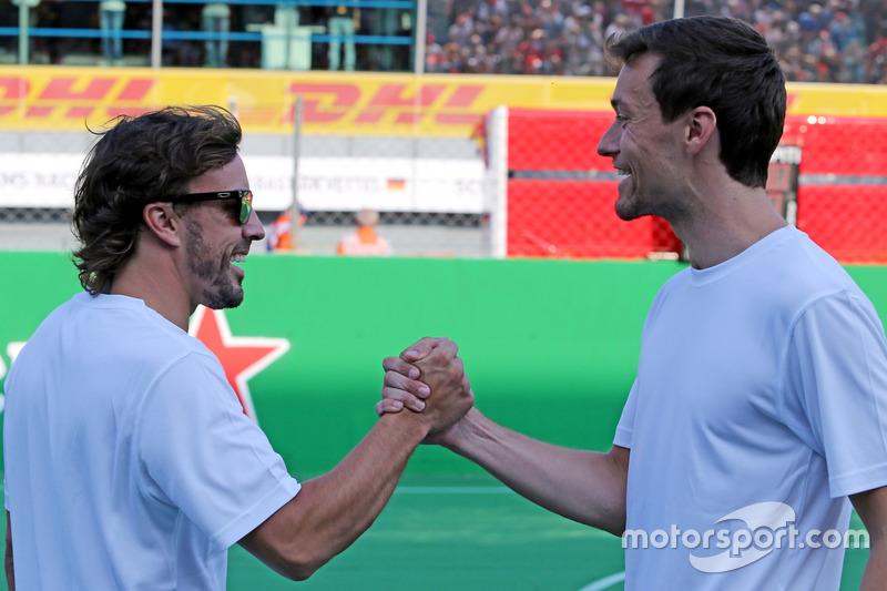 Fernando Alonso, McLaren Honda und Jolyon Palmer, Renault Sport F1 Team beim Charity-Fussballspiel