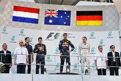 El podio: Max Verstappen, Red Bull Racing, segundo lugar; Daniel Ricciardo, Red Bull Racing gandor d