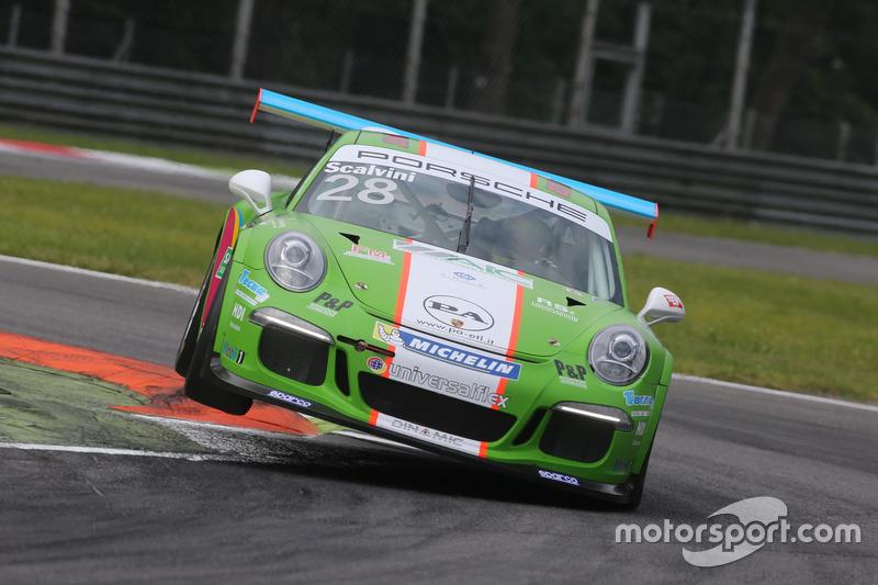 Eric Scalvini (Dinamic Motorsport) fa l'acrobata sui cordoli di Monza