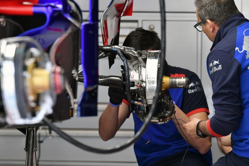 Scuderia Toro Rosso STR13 rear wheel hub