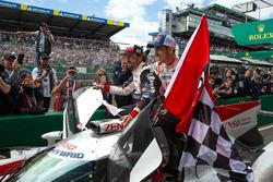 Les vainqueurs #8 Toyota Gazoo Racing Toyota TS050: Sébastien Buemi, Kazuki Nakajima, Fernando Alonso
