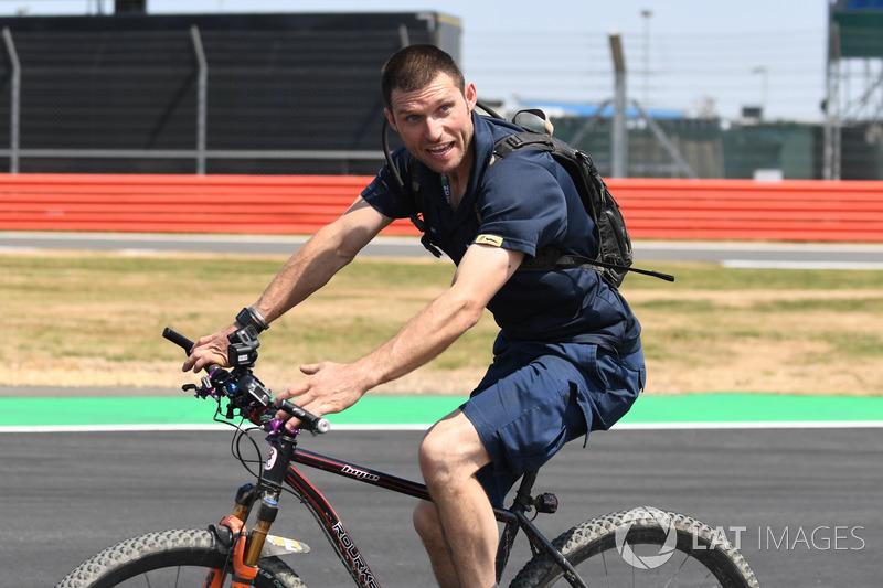 Guy Martin, parcourt la piste à vélo