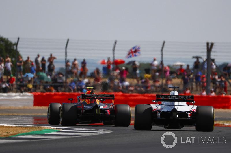 Max Verstappen, Red Bull Racing RB14, Romain Grosjean, Haas F1 Team VF-18