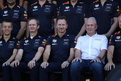 Paul Monaghan, Red Bull Racing Baş Mühendisi, Christian Horner, Red Bull Racing Takım Patronu ve Dr Helmut Marko, Red Bull Motorsporları Danışmanı Red Bull Racing takım resminde